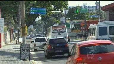 Disputa por vagas e engarrafamentos irritam motoristas no trânsito de Jaboatão, PE - Carros estacionados em locais irregulares e retenções nas principais vias dificultam o tráfego do município.