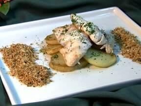 Veja uma receita de peixe para substituir o bacalhau na Sexta-feira Santa - A receita leva 1kg de namorado, oito dentes de alho cortado em lâminas, duas xícaras de azeite, 1kg de batata, uma xícara de farinha de pão torrado, sal, pimenta e tomilho. O namorado acompanha batatas e farofa caseira.