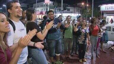 Estudantes de Cubatão fazem manifestação contra falta de transporte gratuito na cidade - Ônibus disponíveis não atendem o número de estudantes que precisam do serviço