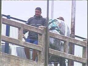 Contrabando em Foz é visível a poucos metros da polícia - Na Ponte da Amizade, quadrilha desce por cordas mercadorias trazidas do Paraguai.