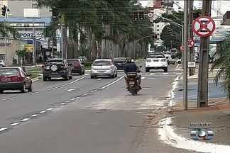 Nova sinalização da avenida T-63 começa a ser implantada, em Goiânia - A Prefeitura de Goiânia já começou a implantar a nova sinalização do corredor exclusivo para ônibus, que terá seis quilômetros de extensão. O trabalho é feito sempre durante a noite.