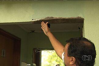 Moradores de condomínio estão com medo de que casas desabem, em Goiânia - Moradores de um condomínio no Parque Amazônia estão enfrentando um grave problema, pois casas construídas às margens de um córrego correm risco de desabar, já que o barranco está cedendo.