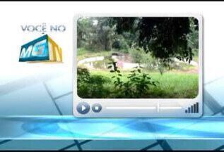 Morador de Uberlândia flagra 'piscina de dengue' em bairro da cidade - Possível foco da doença se encontra no Bairro Morada da Colina. Prefeitura disse que local é vistoriado há seis anos.