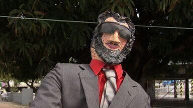 Família ganha renda extra com fabricação de bonecos do Judas - Boneco é queimado na Semana Santa.