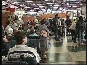Passageiros que vieram a Rio Preto, SP, após problemas em voo já estão em Ribeirão Preto - Desembarcaram em Ribeirão Preto (SP) depois de 12 horas de espera, os passageiros de um voo que iria para a cidade, mas que teve um problema e aterrissou em Rio Preto (SP).