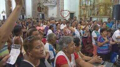Centenas de fiéis participam da via-sacra nas ruas do centro do Recife - Antes da caminhada para relembrar o sofrimento de Cristo, foram arrecadados alimentos para as famílias atingidas pela seca no estado.