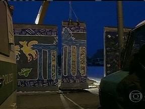 Trecho do Muro de Berlim é removido e dará lugar a imóveis de luxo - Uma construtora removeu, nesta quarta (27), um trecho de 1,2 km do Muro de Berlim que continha pinturas de vários artistas plásticos. Centenas de policiais foram destacados para evitar manifestações contra o projeto dos imóveis de luxo.