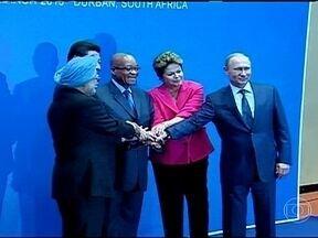 Declaração de Dilma sobre inflação ofusca encontro dos Brics - O encontro dos países dos Brics, na África do Sul, acabou ofuscado por uma declaração da presidente Dilma Rousseff sobre inflação no Brasil, feita à margem da reunião. A cúpula dos Brics em Durban terminou com a demonstração de união do grupo.