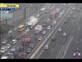 Trânsito é lento na BR-116 - Dois acidentes causam congestionamento.
