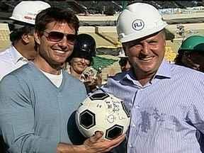 Tom Cruise se encontra com Zico no Maracanã - No Maracanã, o astro de Hollywood Tom Cruise foi um dos primeiros a pisar no gramado. Ele foi recebido por Zico e ganhou uma bola autografada.