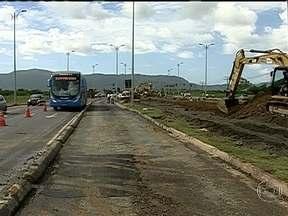 BRT Transoeste passa novamente por obras - O asfalto cedeu no acesso a uma ponte perto da Estação do Mato Alto, em Guaratiba. A pista no sentido Santa Cruz precisou ser interditada para os reparos. Os motoristas precisam desviar o caminho e o percurso aumentou bastante.