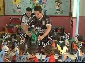 Voluntários doam chocolates para crianças na Páscoa - Os doces foram arrecadados por alunos de uma faculdade particular e torcedores do Corinthians em Ponta Grossa.