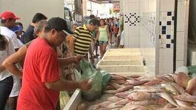 Mercado abastecimento o estoque de peixe na Semana Santa - Católicos costumam não comer carne na Sexta-Feira Santa.