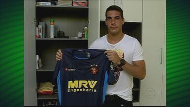 Goleiro Diego, do Petrolina exibe camisa que ganhou de Magrão - Jogador, formado em Educação Física, agora estuda Direito