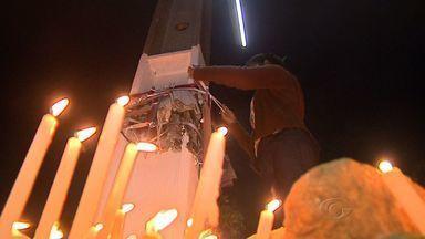 Fiéis cumprem tradição e seguem até o Morro do Cruzeiro, em Murici - A lua e as velas iluminaram o caminho dos fiéis que cumpriram a tradição e seguiram até o Morro do Cruzeiro, em Murici.