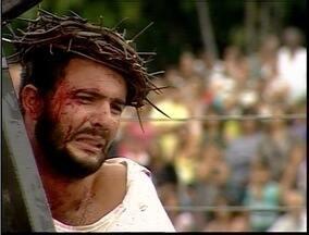 Jovens encenam a crucificação de Cristo em Ipatinga - Fiéis enfrentaram a chuva para assistir a peça.