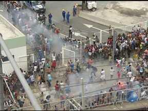Venda de ingressos para inauguração da Arena Fonte Nova é marcada por tumulto - O policiamento reforçado, mas quando os portões foram abertos começou a correria. A polícia usou bombas de gás lacrimogênio, de efeito moral e gás de pimenta.