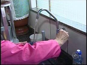 Falta de água gera reclamação em Itapetininga, SP - O problema foi denunciado por moradores da Vila Belo Horizonte. Segundo eles, há dias eles sofrem com a constante falta de água no bairro. A reclamação é antiga e segundo eles o problema começou em dezembro de 2012.