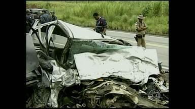 Duas pessoas morrem em batida na BR-381 - Acidente, que também deixou três feridos, aconteceu perto de Governador Valadares.
