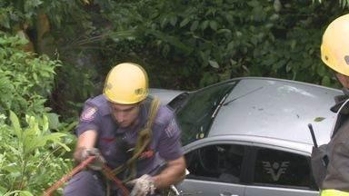 Uma motorista perdeu o controle do carro na Cônego Domênico Rangoni - A mulher capotou o carro e caiu em uma ribanceira da altura de 15 metros.