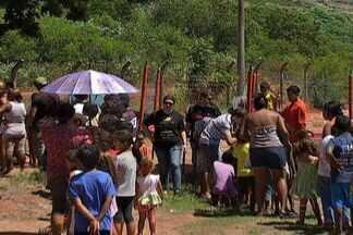 Voluntários ajudam moradores do lixão em Campo Grande - A Sexta-feira Santa foi de muita diversão, fé e solidariedade. Voluntários de uma igreja evangélica doaram algumas horas do dia para ajudar crianças e adultos que moram no lixão.