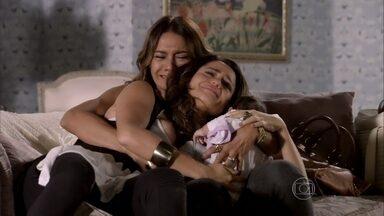 Helô se emociona com reencontro de Lucimar e Morena - Mãe e filha se abraçam. A diarista conta para Morena que Junior se recusou a acreditar que ela tinha morrido. Morena pergunta por Théo