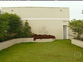 """Saiba como fazer o telhado verde - O quadro """"Hoje em casa.com"""" mostra como fazer o telhado verde, que é uma opção para quem deseja ter um belo jardim e não tem muito espaço. Também é interessante para quem deseja uma casa mais arejada."""