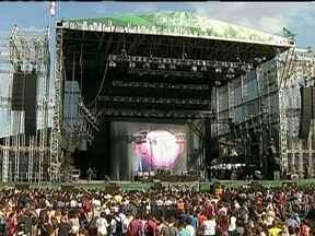 Festival Lollapalooza chega ao fim após três dias de shows - Palcos diversos reuniram dezenas de bandas durante três dias de shows. O público enfrentou lama para conferir as apresentações dos ídolos. Um casal que se conheceu durante um show do Franz Ferdinand teve um novo momento marcante durante o festival.