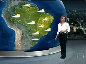 Meteorologistas alertam para risco de muita chuva na Região Sul na terça-feira (02) - As nuvens carregadas se formaram sobre o norte da Argentina e avançaram para o Brasil. Em algumas áreas, entre o Rio Grande do Sul e o Paraná, pode chover quase o esperado para todo o mês de abril.