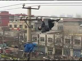 Homem bêbado escala poste na China - Um homem escalou um poste de nove metros de altura, completamente bêbado. Ele ficou passeando pelos fios de alta tensão até cair. A energia da região foi cortada. Ele não teve nenhum ferimento.