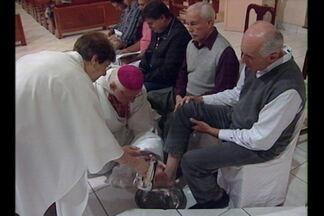 Católicos participam da missa do lava pés - Igreja católica reúne fiéis de todas as idades para uma das mais importantes celebrações da semana santa