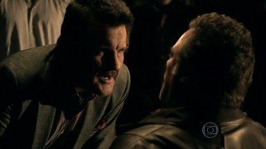 Mustafa questiona Russo sobre Morena - Aisha liga e o turco descobre que Morena já está no Brasil. Enquanto isso, Irina acha estranho o capanga ter sumido