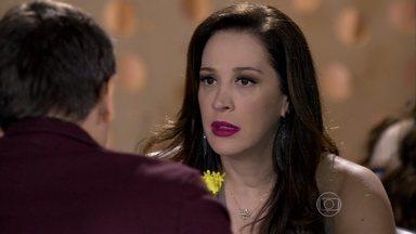 Élcio conta para Lívia que Érica está grávida - Ela fica passada com a notícia