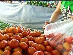 Excesso de chuvas e queda na oferta explicam alta do preço do tomate - Quem foi as feiras e supermercados nos últimos dias se assustou com os preços de vários alimentos. O Fantástico foi descobrir o que aconteceu e comparou os preços com os de dois anos atrás.