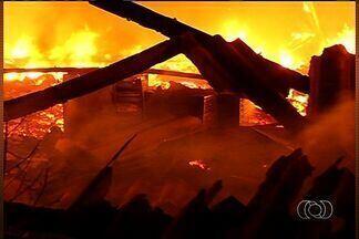 Fogo destrói galpão da Justiça, em Itumbiara (GO) - Fogo em um galpão da Justiça em Itumbiara. Muitos objetos e um carro foram destruídos. Há suspeita de que o incêndio seja criminoso.