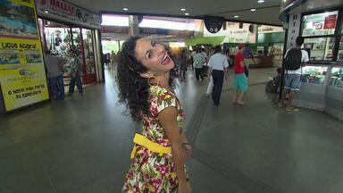 Maria menezes no achados e perdidos da rodoviária de Salvador - Ela encontra objetos pitorescos deixados pelos passageiros