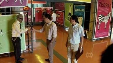Maurício Velazquez devolve carteira perdida e leva R$ 350 - Além do dinheiro, ele ganhou um par de ingressos para o jogo do Brasil