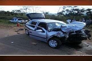 Acidente entre dois veículos deixa dois mortos e cinco feridos, em Goiás - Uma colisão entre dois veículos deixou dois mortos e cinco feridos - sendo dois em estado grave - na tarde deste domingo (14), no km 85 da GO-080, município de São Francisco de Goiás, na região central do estado, segundo a Polícia Rodoviária Estadual