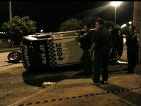 Secretaria de Segurança promete investigar acidente com viatura nova da PM - A Polícia Militar informou que havia uma perseguição a um assaltante, cujo ocorrência não foi registrada na delegacia. Depois, informou que os PMs estavam apenas em patrulhamento.
