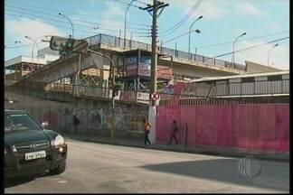 Passarela da CPTM em Suzano será demolida - Os serviços de demolição da passarela da CPTM em Suzano começaram nesta quinta-feira (18). O local está interditado.