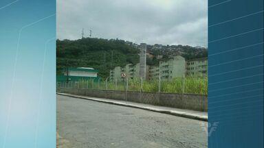 Moradora do Morro da Nova Cintra, em Santos, reclama de matagal - Ela disse que o local está abandonado e que pode virar foco de dengue