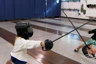 Mlkada no GE: garotada se diverte jogando esgrima, mesmo sendo incomum no Brasil - Garotada explica os motivos de praticar o esporte e revela a curiosidade dos amigos. Conheça também mais detalhes da esgrima.