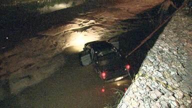 Caminhonete cai em córrego na Região da Pampulha, em Belo Horizonte - Acidente foi no bairro Bandeirantes.