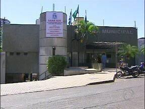 Vereadores de Foz divulgam aos moradores verbas que não recebem - Eles penduraram um grande cartaz na fachada do prédio.