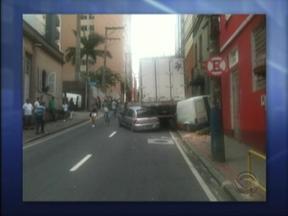 Caminhão descontrolado atinge dois carros no centro de Florianópolis - Caminhão descontrolado atinge dois carros no centro de Florianópolis.