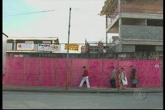Antiga passarela da CPTM começa a ser demolida em Suzano - As obras para demolir a passarela de Suzano começaram na quinta-feira (17). Os trabalhos são feitos após o fechamento das linhas e seguem até as 3h da madrugada. O trabalho deve ser concluído em quatro meses.