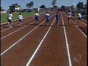 Festival de Atletismo em Campo Mourão reúne mais de mil e quinhentas crianças - O festival leva o nome de Vanderlei Cordeiro de Lima. Atleta faz questão de participar do festival.