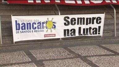Bancários realizam protesto em agência bancária em Santos - A manifestação aconteceu no bairro Centro, e os sindicalistas pediam melhores condições de trabalho para a categoria.