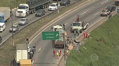 Acidente com carreta de refrigerante congestiona trânsito no Anel Rodoviário - Carga caiu sobre pista