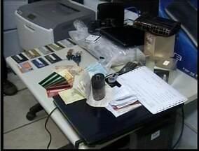 Casal é preso em Valadares suspeito cometer crimes cibernéticos - Com o casal foram apreendidos cartões de crédito, notebooks, dinheiro, cheques e comprovantes de depósito bancário.